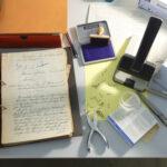 Arbeitsplatz eines Archivars (Foto: Thomas Hartmann, Universitätsbibliothek Mainz)