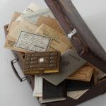 Koffer mit dem Nachlass von Karl Feldbausch (Foto: Thomas Hartmann, Universitätsbibliothek Mainz)