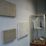 Blick auf Relieffragmente und Vitrine II (Foto: Arbeitsbereich Digitale Dokumentation)