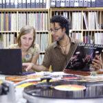 Studierende der Ethnologie recherchieren im Archiv für die Musik Afrikas. (Foto: Thomas Hartmann, Universitätsbibliothek Mainz)