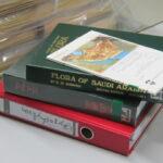 Umfangreiche Bestimmungsliteratur steht als Handapparat im Herbarium bereit. (Foto: Gudrun Kadereit, Institut für Molekulare Physiologie )