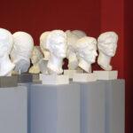 Blick in die Abguss-Sammlung mit römischen Porträts; Iulius Cäsar und Kaiser Augustus im Vordergrund (Foto: Angelika Schurzig, Institut für Altertumswissenschaften)