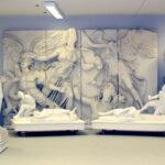 Blick in die Abguss-Sammlung mit der Athena-Platte vom Pergamon-Altar im Hintergrund (Foto: Angelika Schurzig, Institut für Altertumswissenschaften)