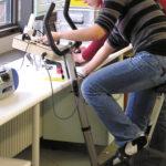 Ergometrie – Stromerzeugung durch Muskelkraft (Foto: Heike Funk, Lehrlabor Chemie)