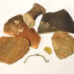 Keramik, Glas und ein Bronzefibelfragment von Gradina auf der damals jugoslawischen Insel Cres (gefunden 1964) (Foto: Irene Bell, Institut für Altertumswissenschaften)