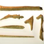 Nachbildungen jungpaläolithischer Knochengeräte, meist figürlich verziert (Foto: Irene Bell, Institut für Altertumswissenschaften)
